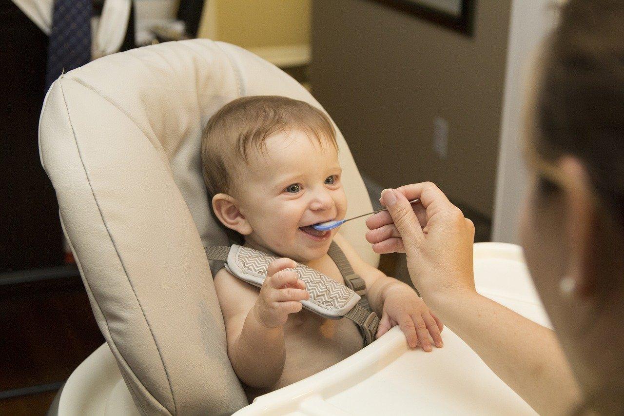 Jedzenie kaszki przez dziecko