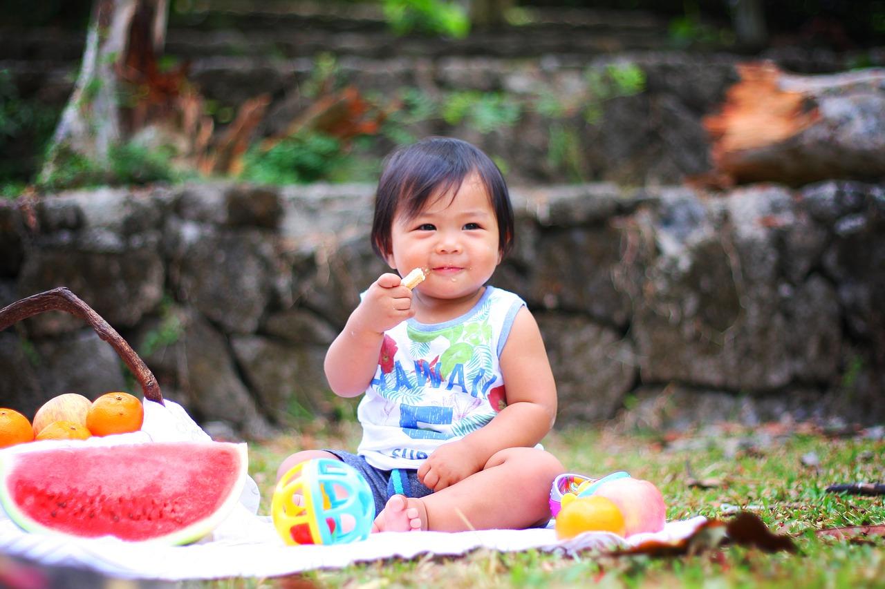 Dziecko próbujące różnych smaków