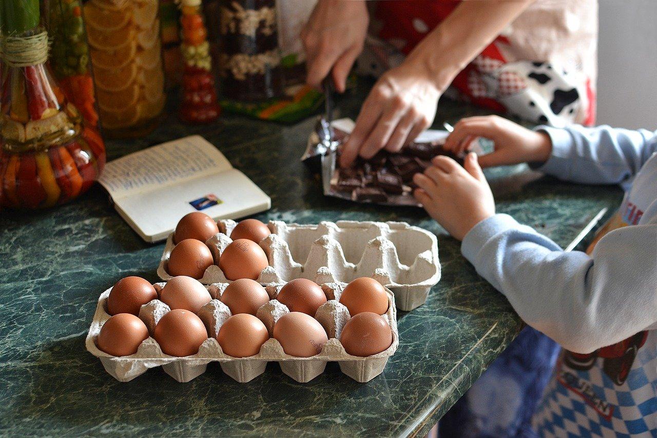 Jak bezpiecznie gotować, gdy w domu są małe dzieci?